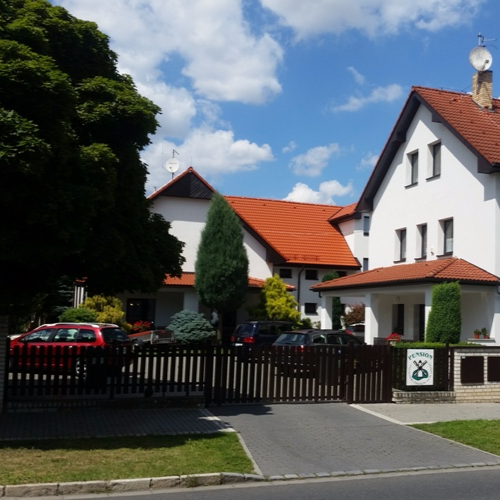 Areál penzionu Větrný mlýn po rekonstrukci budov a střechy penzionu na podzim roku 2015 a na jaře 2016.
