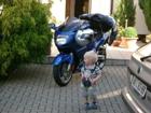Tenhle kluk ještě na motorce nejezdí - ubytování v Praze si ale již užívá.