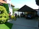 Parking pro motocykly pod střechou garáže.