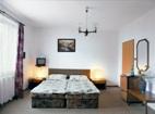 Jeden ze dvou pokojů apartmá penzionu, které má dvojlůžkový plus třílůžkový pokoj, předsíň a příslušenství.