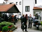 Motorkáři mají své stroje zaparkované vždy pod střechou venkovní garáže. Moto hotel v Praze Ruzyni.