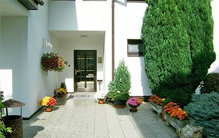 Pension Větrný mlýn v Praze u letiště - květiny, keře a udržovaný trávník Vám zpříjemní Váš pobyt