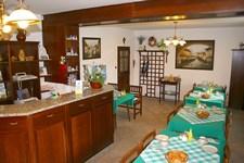 Ubytování Praha - recepce a prostorná místnost pro snídaně se 6sti stoly